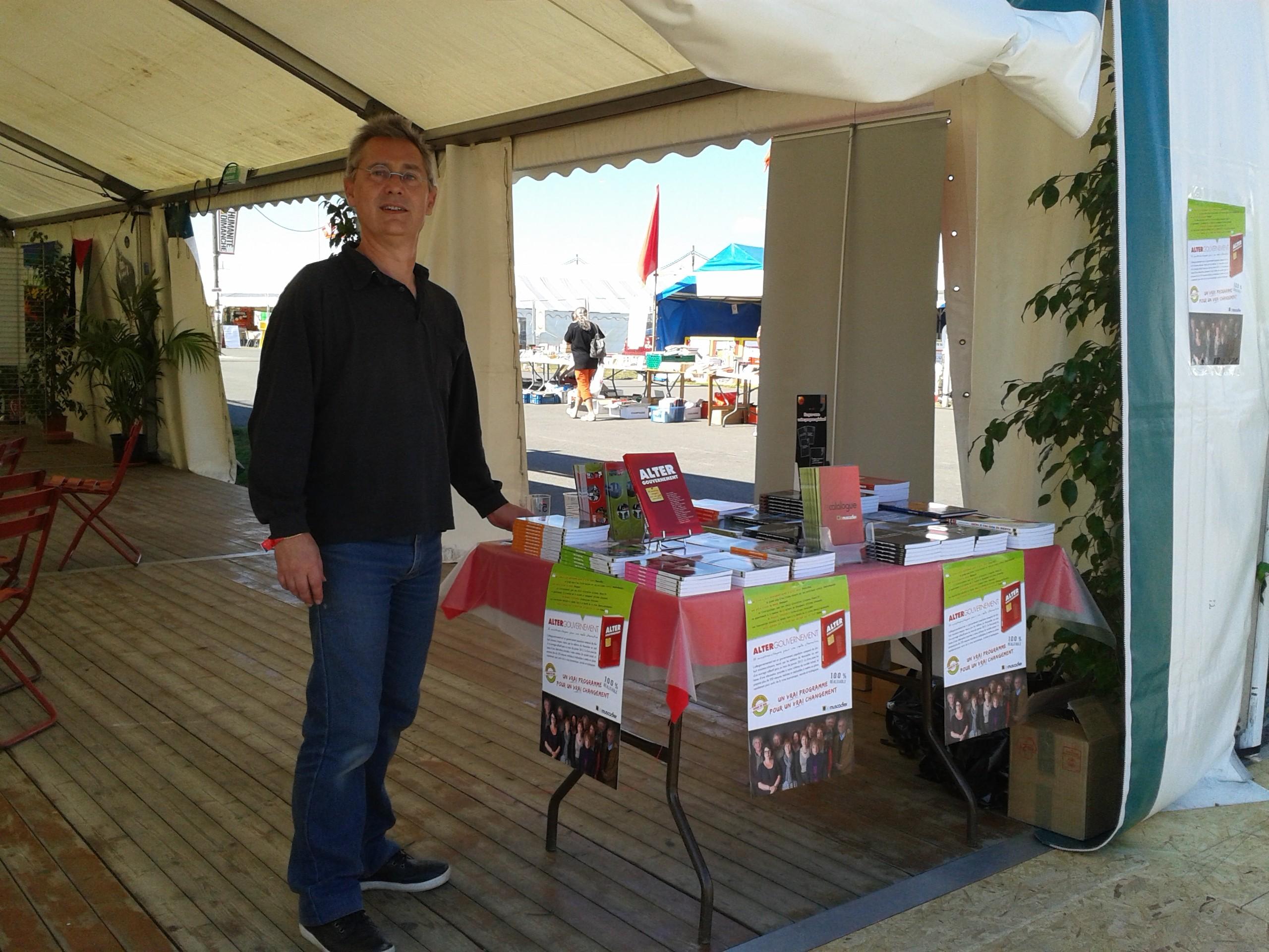 Fête de l'Huma 2014 - La table du Muscadier sur le stand de Bagneux Bourg-la-Reine avec Éric Denniel, directeur de la collection «Place du marché»